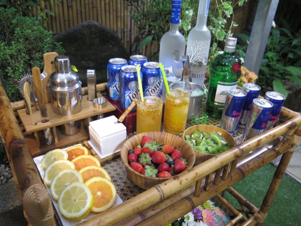 Carrinho de Bar dispondo variedade de bebidas